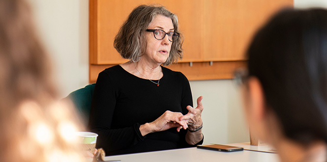 Diane Alters '71 speaks with Grinnell students