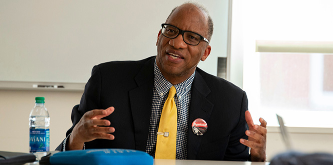 Author Wil Haygood speaks with Grinnell students.